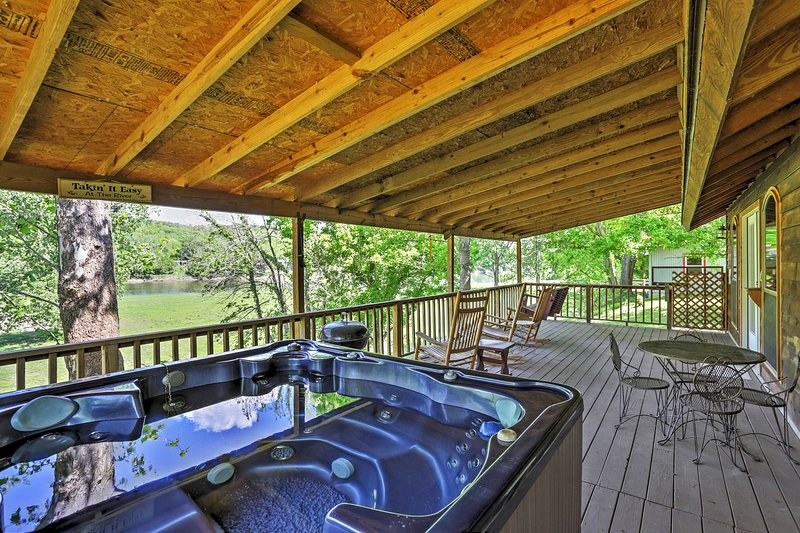 Mtn View Cabin w/Hot Tub + Porch on White River!, vacation rental in Calico Rock