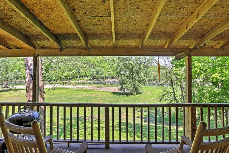 Quiet Dog-Friendly Cabin w/ Porch on White River!, alquiler de vacaciones en Mountain View