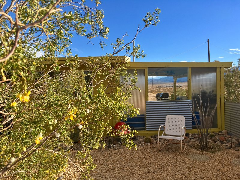 Private Midcentury Joshua Tree 15-Acre Homestead with Pool & Hot Tub, holiday rental in Twentynine Palms