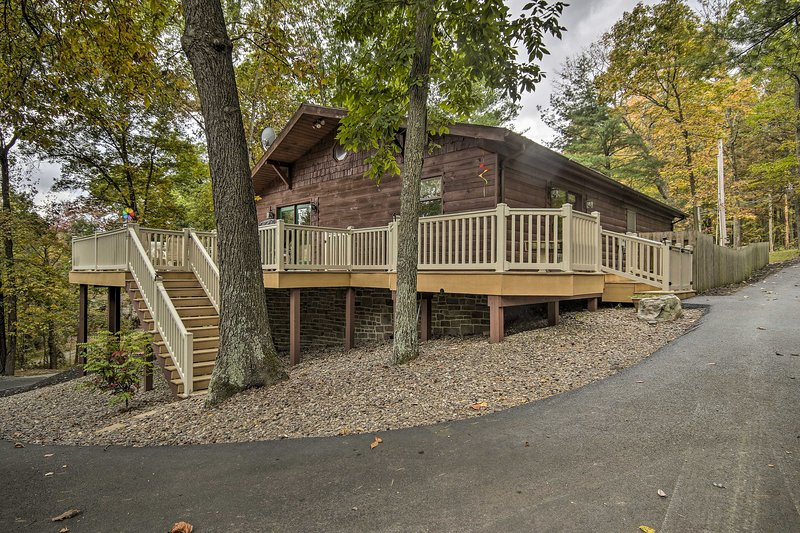 Pet-Friendly Raystown Lake Cabin w/Deck & BBQ!, holiday rental in Saxton