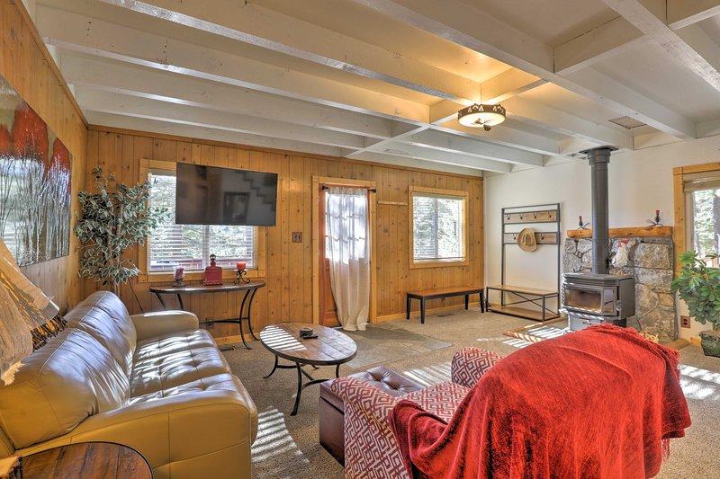 Idyllic Cabin w/ Hot Tub & Patio Near Squaw Valley, holiday rental in Squaw Valley