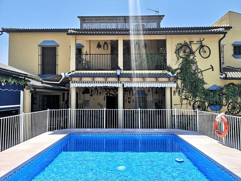 Amazing villa with swimming-pool, aluguéis de temporada em Puente Genil