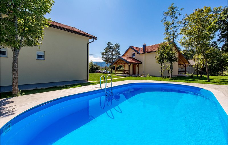 Awesome home in Plaski with Outdoor swimming pool and 7 Bedrooms (CKB241), alquiler vacacional en Plaski