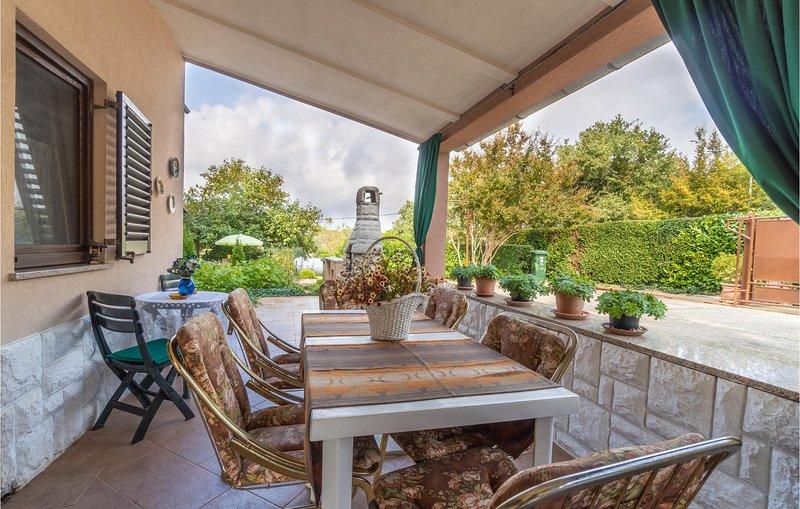 Beautiful apartment in Pavicini with 1 Bedrooms (CIO220), casa vacanza a Segotici