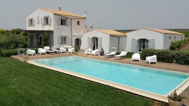 Splendida villa con piscina, vacation rental in Menfi