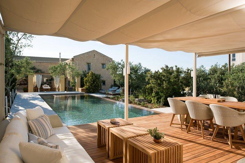 Luxury, stylish, relaxing, pool, 4 bedrooms, holiday rental in Kalathas