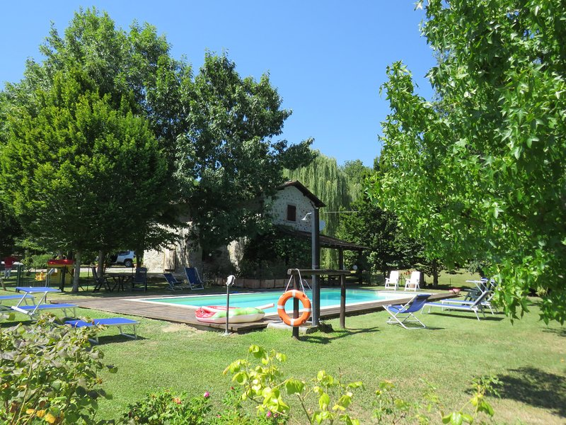 Lama Piana 2 cottages let together in price. Private pool. Walk to river. WIFI, casa vacanza a Naggio