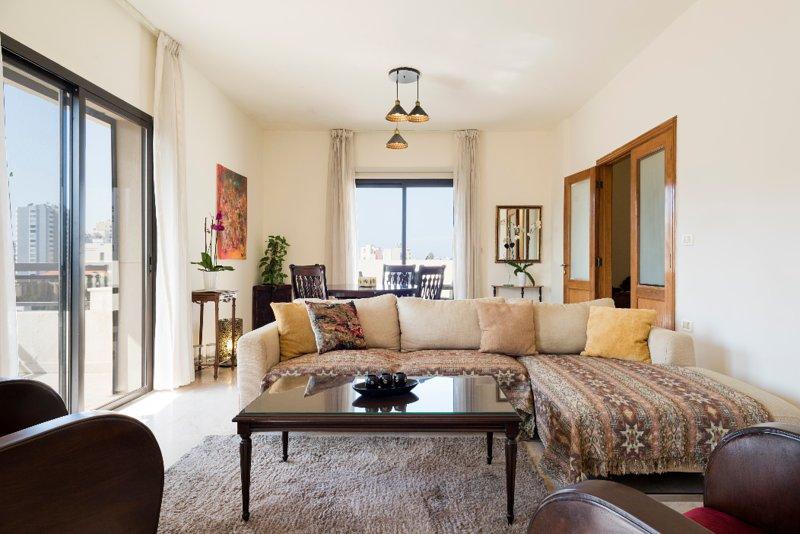 Exquisite 3 BD Apartment in Hamra Beirut, alquiler de vacaciones en Líbano