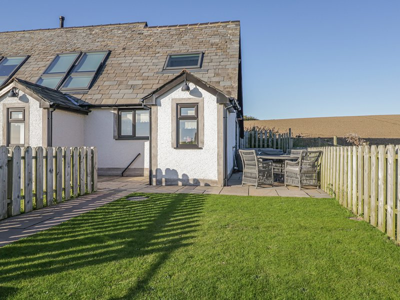 DAISY COTTAGE, luxury accommodation, en-suite, underfloor heating, hot tub, vacation rental in Newton in Furness