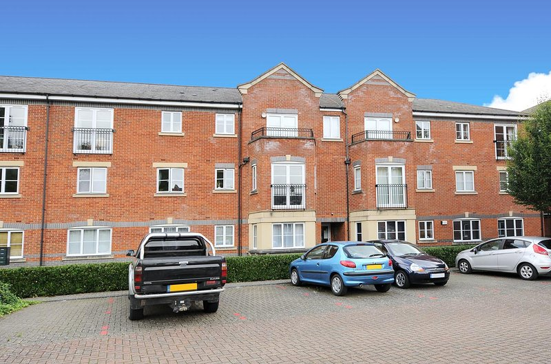Righton two-bedroom serviced apartment in city centre (oxaorhc), vacation rental in Botley