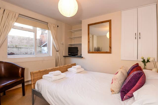 Righton one-bedroom studio serviced apartment in east oxford (oxdchsb), vacation rental in Littlemore