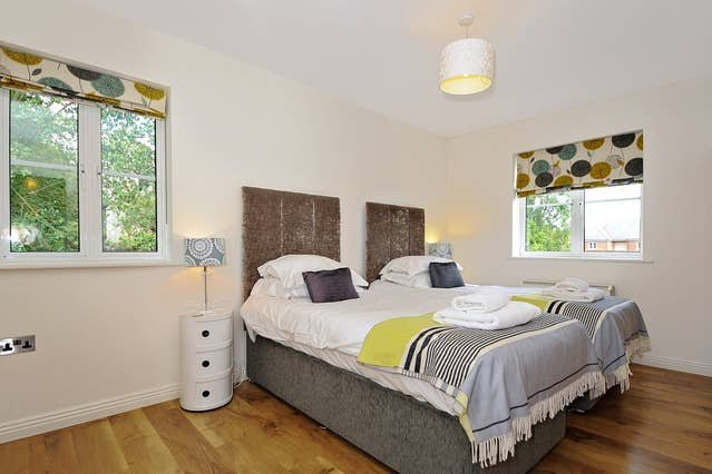 Righton two-bedroom serviced apartment in city centre (oxogrhc2), vacation rental in Botley