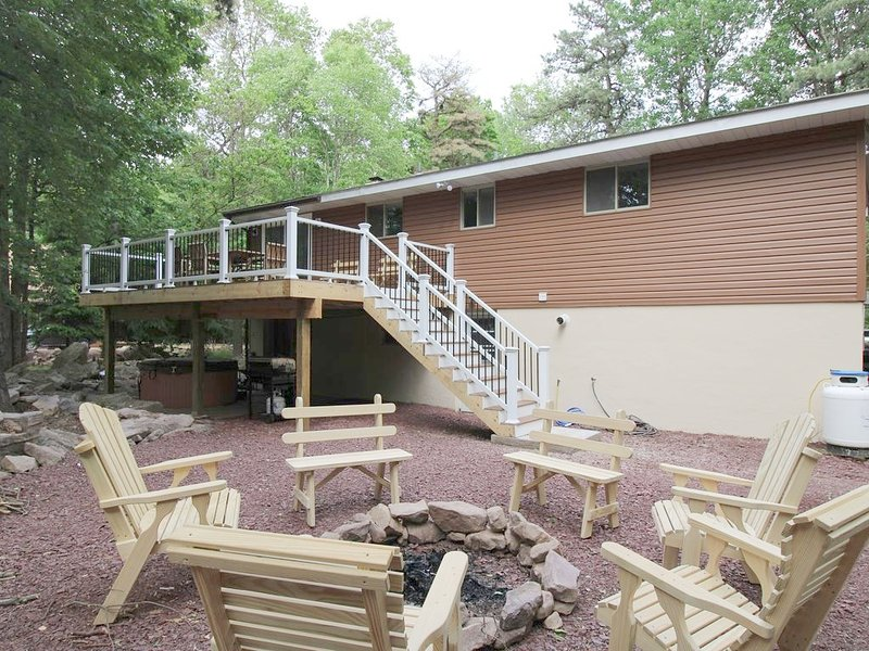 Wooded 1/2 Acre; Wifi, cable,ping pong,pool table,hot tub,fire pit,playstation, holiday rental in Pocono Mountains Region