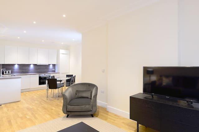 Modern & Bright Three Bed Apartment in Hammersmith, vacation rental in Teddington