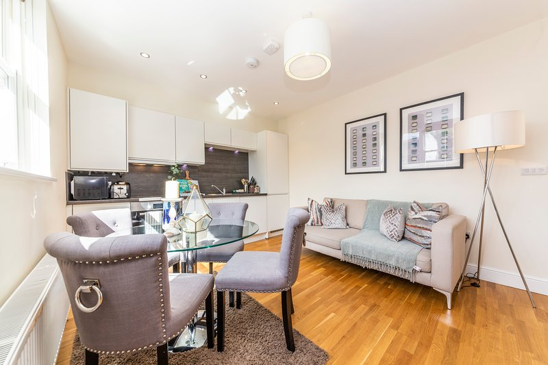 Modern Two Bedroom Apartment in Hammersmith  -205A, vacation rental in Hounslow