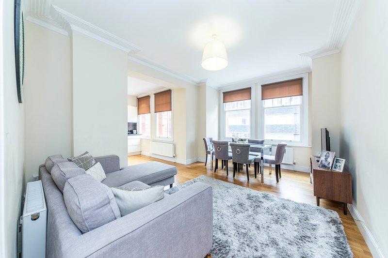 Bright 3 Bedroom Apartment in Hammersmith, vacation rental in Teddington