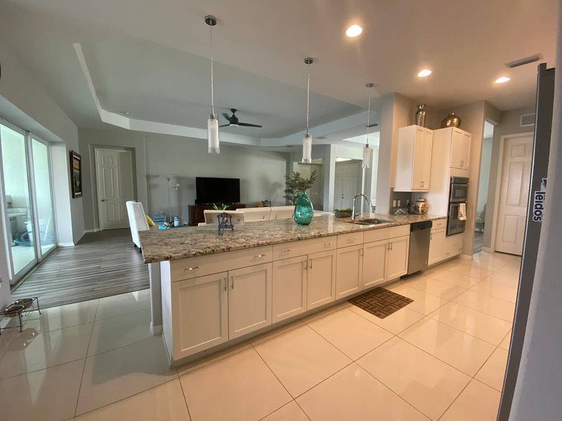 LUXURY LAKEFRONT  4 BEDROOM HOUSE CLOSE TO BRADENTON BEACH AND IMG, vacation rental in Bradenton