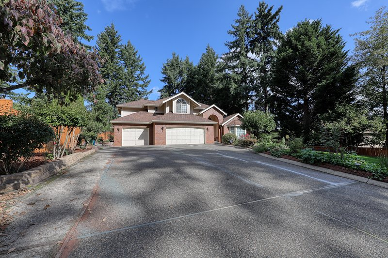 Spacious house w/basketball court surrounded by trees & great location!, holiday rental in Puyallup