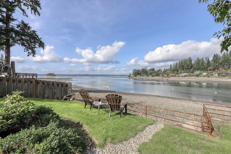 Waterfront home & on-site guest house w/ full kitchens, a large deck, & firepits, location de vacances à Lakebay