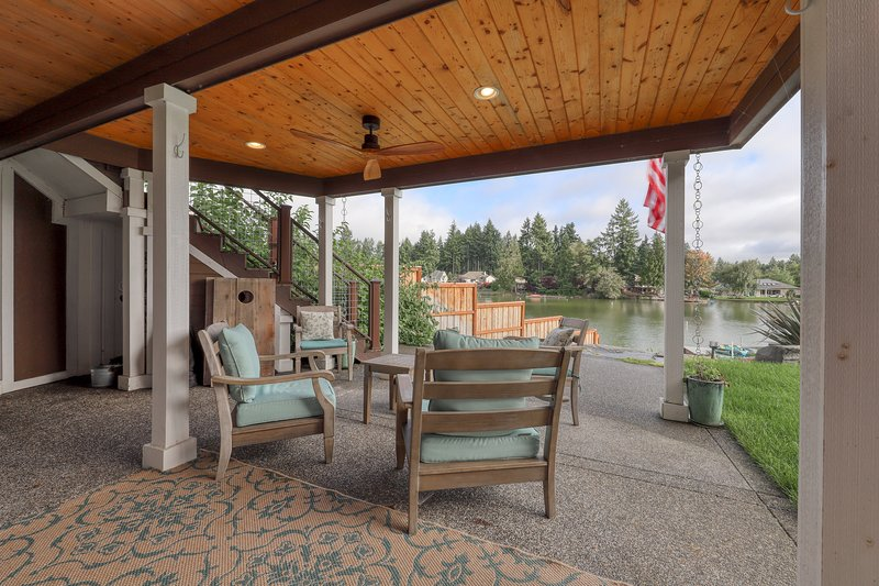 Adorable rental w/ a full kitchen, dock, shared hot tub, & lake access, vacation rental in Yelm