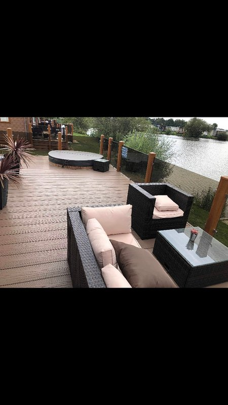 TATTERSHALL LAKES BEAUTIFUL LAKESIDE LODGE WITH HOT TUB AND FISHING PEG, holiday rental in Digby