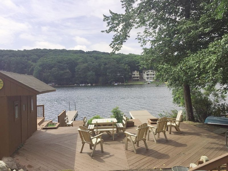 Lake front private 2 Houses, WIFI,Cable,2 hot tbs,Pool table,Arcade,Docks,TVs, alquiler de vacaciones en Lago Harmony