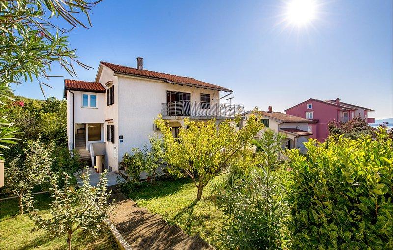 Awesome apartment in Rijeka with 3 Bedrooms (CKO061), alquiler de vacaciones en Marinići