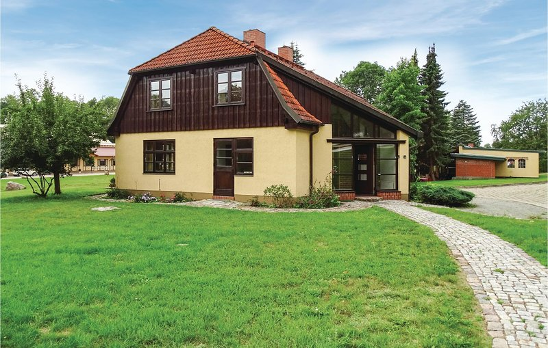 Stunning home in Kuhlen Wendorf with Sauna, WiFi and 5 Bedrooms (DMV441), casa vacanza a Borkow