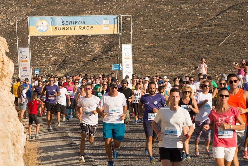 Laufen Sie im September oder schauen Sie sich das Serifos Sunset Race an, das vor den Häusern stattfindet.