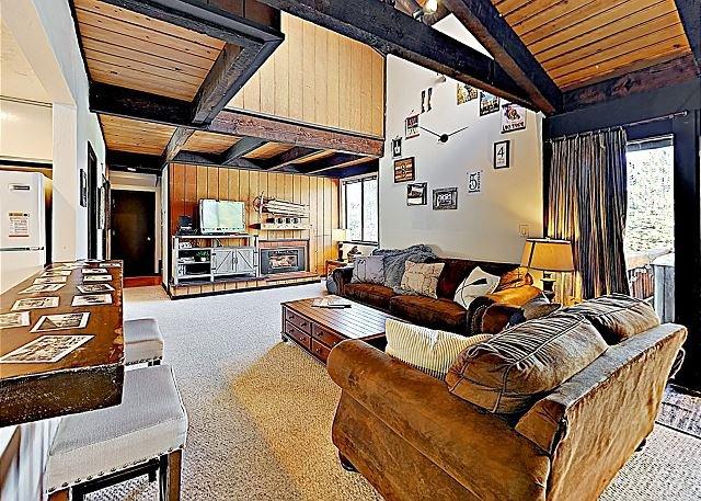 Mountain-View Townhome with Private Hot Tub, Pool, Sauna, & Tennis Courts, aluguéis de temporada em Zephyr Cove