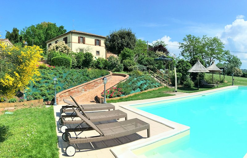 Agriturismo con Piscina tra Tuscany and Umbria, holiday rental in Cozzano