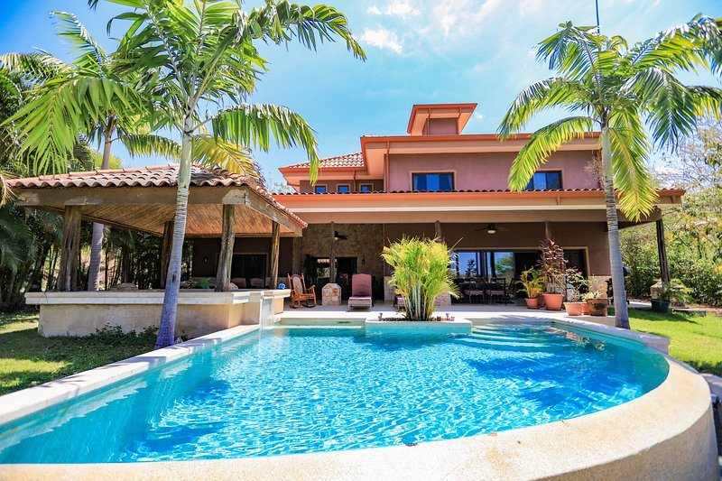 Casa Paulina, a Beautiful Villa, with pool on the Westin Trent Jones Golf Course, vacation rental in Playa Conchal