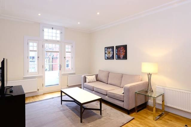 Modern 3 Bed Apartment in Hammersmith with Balcony, vacation rental in Teddington