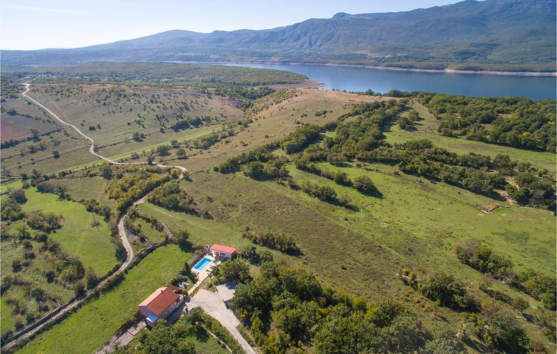 Beautiful home in Dabar with WiFi and 3 Bedrooms (CDF214), holiday rental in Vrlika