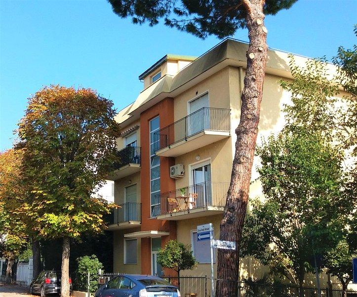 El edificio: el apartamento está en el segundo piso, con un balcón amueblado.
