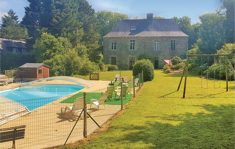 Beautiful home in Spezet with 6 Bedrooms (FBF592), holiday rental in Gourin