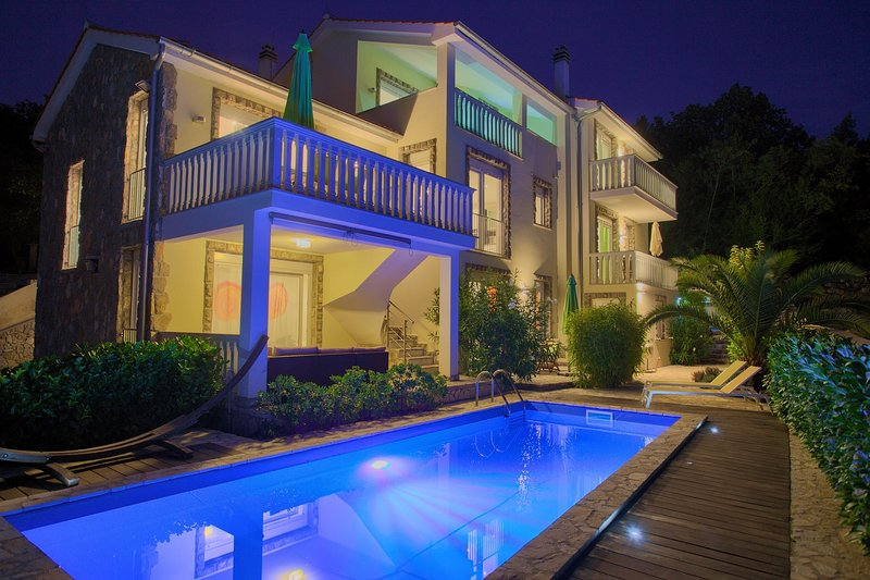 Residenca La Famiglia With Heated Swimming Pool And Beautiful Seaview, aluguéis de temporada em Klimno