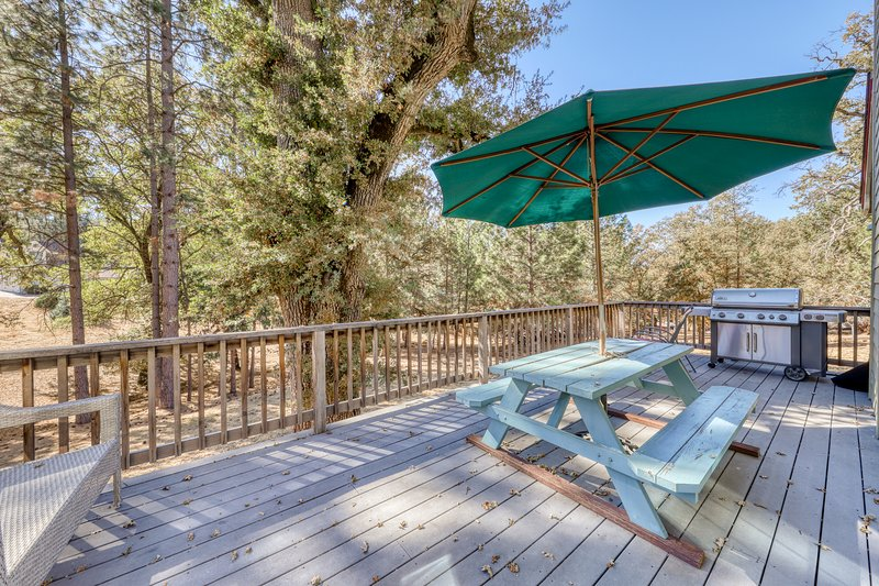 Beautiful home w/lake access, game table, shared pool near Yosemite!, location de vacances à Coulterville