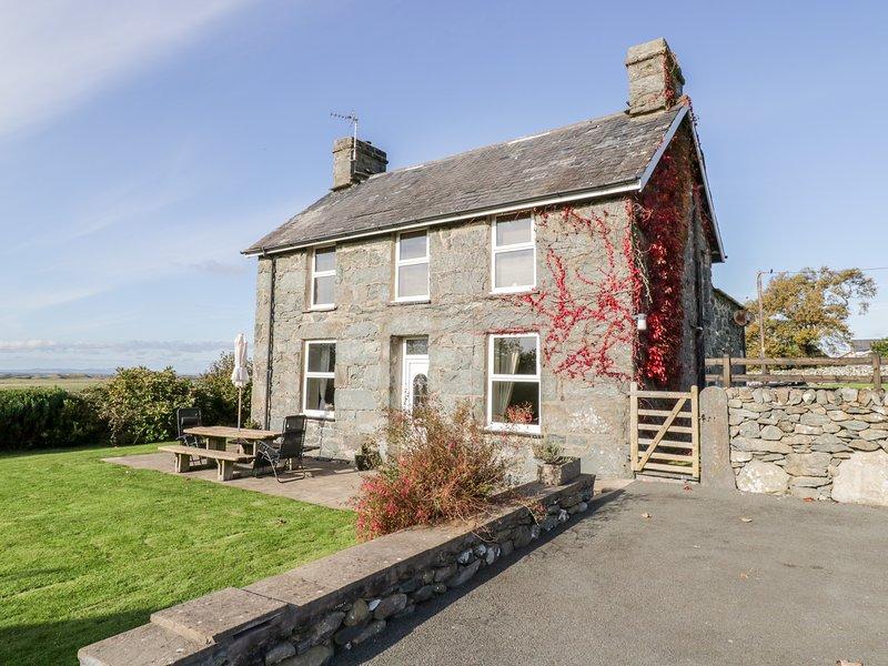 TYDDYN, sea views, near beaches, off road parking, with a garden, in Dyffryn, vacation rental in Dyffryn Ardudwy