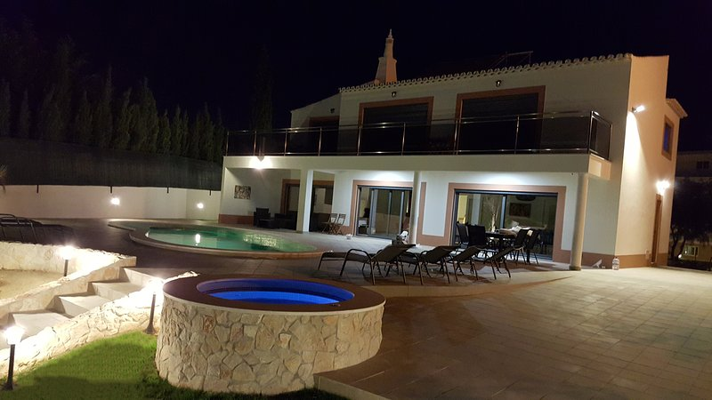 Villa Margarida by Laranjal Rentals, Luxury by the beach, Jacuzzi, games, sun!, vacation rental in Olhos de Agua