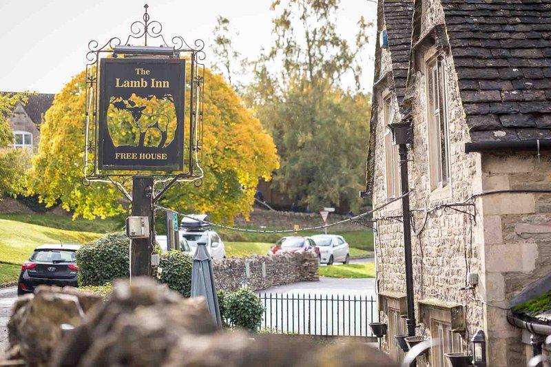 Die Dorfkneipe The Lamb Inn heißt Sie herzlich willkommen ...