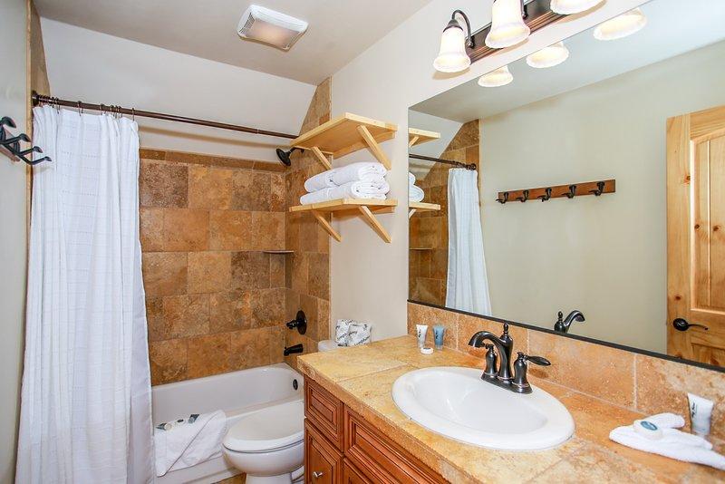 Intérieur, salle, salle de bains, lavabo, bois franc