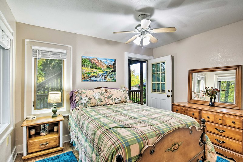 Este quarto tem uma cama cheia e janelas grandes.