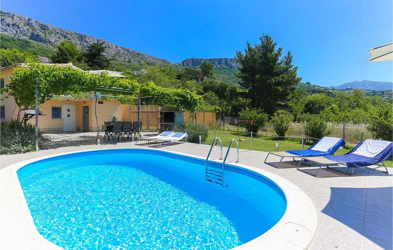Nice home in Solin with WiFi and 2 Bedrooms (CDE980), holiday rental in Klis