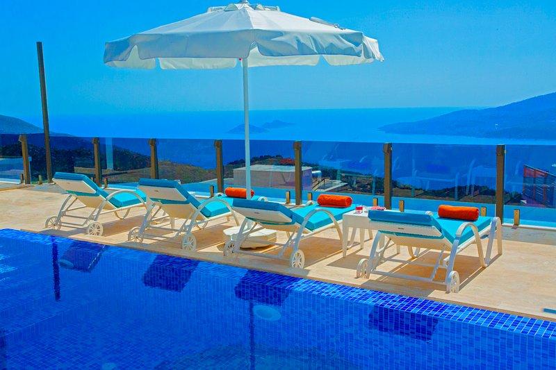 Villa Beyaz | Outdoor+Heated IndoorPool | Jacuzzi | PingPong | Sauna-TurkishBath, holiday rental in Bezirgan