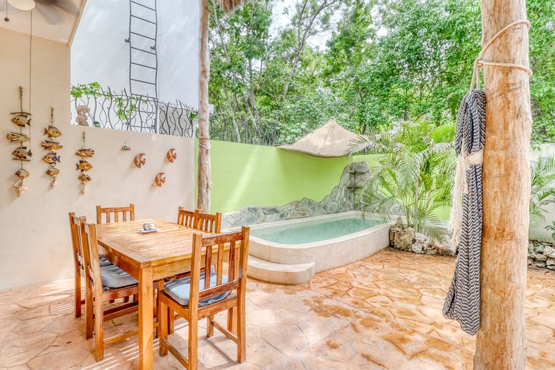 Dog-friendly home w/ private patio, shallow pool, and grill in relaxing area, alquiler de vacaciones en Macario Gómez