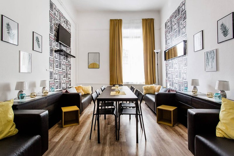 6ROOM-14BED-4BATH STAG❤️HEN ⭐FREE-BEER ☕FREE-BREAKFAST, vacation rental in Budapest