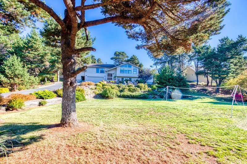 Grand home near the beach with private hot tub & firepit - dogs welcome!, vacation rental in Gearhart