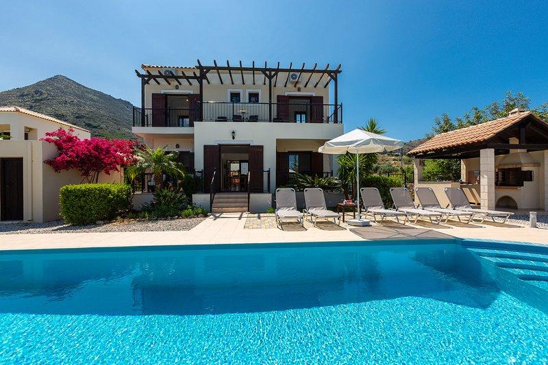 Villa Pyramus with private pool, beautiful patio, near beaches and facilities, location de vacances à Plaka