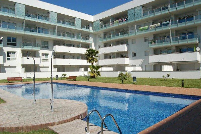 Apartment with communal pool and private parking, 15 min. to beach, Roses, aluguéis de temporada em Pau